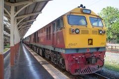 Diesel κινητήριο αριθ. της Γερμανίας 4547 τραίνο αριθ. 52 από Chiangmai στην απαγόρευση Στοκ Φωτογραφία