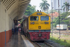 Diesel κινητήριο αριθ. της Γερμανίας 4547 τραίνο αριθ. 52 από Chiangmai στην απαγόρευση Στοκ φωτογραφία με δικαίωμα ελεύθερης χρήσης