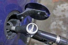 Diesel- bil som fylls med bränsle royaltyfri fotografi