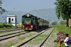 Diesel elektrische trein voortbewegingssnelheden voorbij student Royalty-vrije Stock Foto's