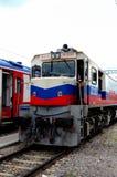 Diesel- elektrisk lokomotiv för turkiska järnvägar för Dogu det uttryckliga drevet på Ankara Turkiet royaltyfria bilder