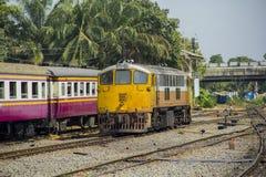Diesel- elektriska GE lokomotiv på den Thonburi drevstationen Arkivbilder