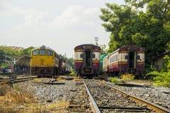 Diesel- elektriska GE lokomotiv på den Thonburi drevstationen Arkivfoto