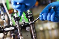 Diesel- insprutningspump för yrkesmässig mekanikerprovning i hans seminarium Royaltyfria Bilder