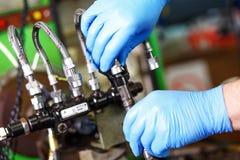Diesel- insprutningspump för yrkesmässig mekanikerprovning i hans seminarium Fotografering för Bildbyråer