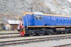 Diesel locomotief die throufh de Spoorweg circum-Baikal bewegen royalty-vrije stock afbeelding