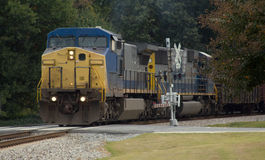 Diesel locomotief met veiligheid die wapens kruist Royalty-vrije Stock Foto