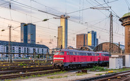 Diesel- lokomotiv i den Frankfurt (strömförsörjningen) Hauptbahnhof stationen Royaltyfri Bild
