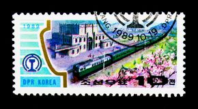 Diesel- lokomotiv, järnvägsstationSinpa ungdom, serie, circa 198 Arkivfoto