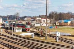 Diesel- lokomotiv och drev på ingångsgaffeln av den järnväg skivtallriken i järnväg bussgarage på solig vårdag royaltyfri bild