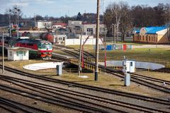 Diesel- lokomotiv på ingången till den järnväg skivtallriken i järnväg bussgarage på solig vårdag royaltyfri foto