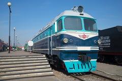 Diesel- lokomotiv TG-102 för tappningpassagerare på plattformen på den Oktyabrskaya järnvägen, St Petersburg Royaltyfri Foto