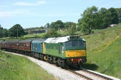 Diesel-Lokomotiven 25059 und D7162 der Klassen-25 bei Keighley, Keighl lizenzfreie stockfotografie