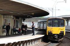 Diesel trein met meerdere eenheden bij gebogen platform Stock Foto