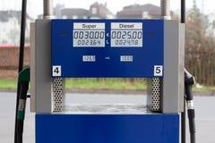 Diesel- und Superbrennstoff der deutschen Tankstelle Stockfotografie