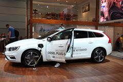 Diesel- Volvo pluggar in den hybrid- bilen Royaltyfri Bild