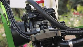 Dieselenergiemaschine am neuen Traktor stock video