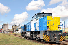 Diesellokomotive auf Industriestandort Stockfotos