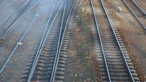 Diesellokomotive, die Rauch zurückläßt stock footage