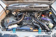 Dieselmotor 2 5 Liter unter der Haube des Kleintransporters Stockbilder