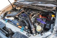 Dieselmotor 2 5 Liter unter der Haube des Kleintransporters Lizenzfreies Stockfoto