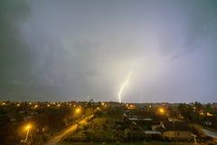 Dieser Blitz über der Stadt Stockbild