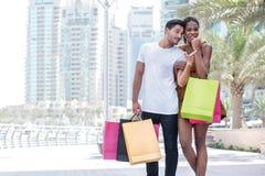 Dieser Kauf ist für Sie Paare, die Einkaufsba umarmen und halten Stockfotografie