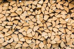 Dieser Stapel Brennholz am Dorfsommertag Lizenzfreies Stockfoto