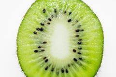 Dieses Bild ist ein Kiwifruit auf weißem Hintergrund Lizenzfreies Stockbild