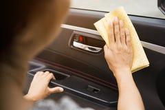 Dieses Bild ist ein Bild von das Auto mit einem gelben microfiber Stoff eigenhändig abwischen Stockfotografie