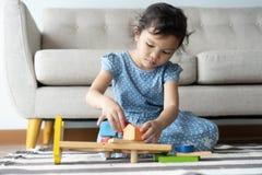 Dieses ein asiatische kleine Mädchen spielt im Haus sie l?chelt sehr gl?cklich lizenzfreies stockfoto