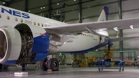 Dieses Flugzeug wird auseinandergebaut und Arbeitskräfte und Ingenieure sind gesehene Funktion während der Reparatur- und Moderni stock video