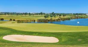 Dieses grasartige Feld des Golfplatzes Für Touristen und Feiertag Stockfoto