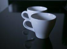Dieses hat weichen Fokus und ist ein träumerisches schauendes Foto, vordere Kaffeetasse ist der Fokus des photo Stockfotografie