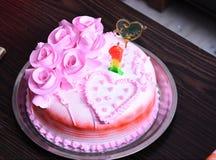 Dieses ist das Foto des Kuchens des Erdbeeraromas in der Platte lizenzfreies stockbild