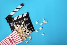 Dieses ist Datei des Formats EPS10 Popcorn und clapperboard auf blauem Hintergrund Stockbilder
