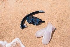 Dieses ist Datei des Formats EPS10 Tauchmaske und -Flipflops auf dem Ozean setzen auf den Strand lizenzfreies stockfoto