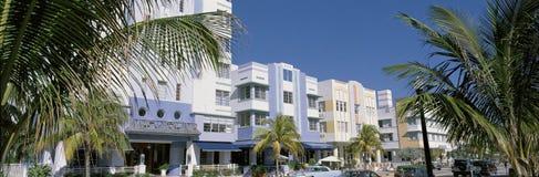 Dieses ist der Art DecoBezirk des Südstrandes Miami Die Gebäude werden in den Pastellfarben gemalt, die durch tropische Palmen um Lizenzfreie Stockfotos