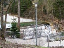 Dieses ist die Straße auf der Grenze zwischen Deutschland und Österreich im Frühjahr Lizenzfreies Stockbild