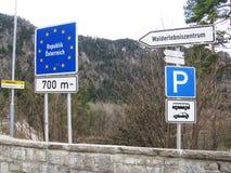Dieses ist die Straße auf der Grenze zwischen Deutschland und Österreich im Frühjahr stockfoto