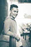 Dieses ist ein Schwarzweiss-Bild Junges lächelndes vorbildliches Frisurschauen des Mannes Stockfotos