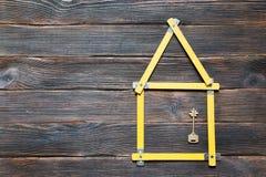 Dieses ist eine 3D übertragene Abbildung Roulette in Form von dem Haus mit einem Schlüssel-ove Stockbild