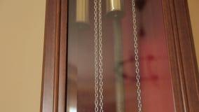 Dieses ist eine großväterliche Uhr in einer historischen Villa stock footage
