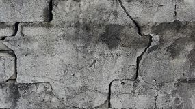 Dieses ist eine Wand, die Abfall brennt und geknackt worden ist stockfoto