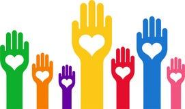 Hände mit einem Herzen mitten in der Palme Stockfoto