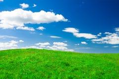 Dieses ist grüner Hügel unter blauem bewölktem Himmel lizenzfreie stockfotografie