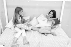 Dieses ist mein Buch Gieriges Kinderkonzept Schwesterbeziehungsfragen Anteilbuch mit Freund Kinder im Schlafzimmer w?nschen geles lizenzfreies stockbild