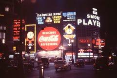 DIESES IST PICADILLY-ZIRKUS, LONDON, ENGLAND IM MONAT VOM JUNI 1966 Stockfotografie