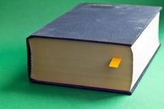 Dieses ist Schwarzbuch mit gelbem Bookmark Stockfotos