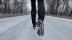 Dieses Video ist über den Sportmann, der in den Park läuft Laufendes Konzept Schlie?en Sie herauf Schuss stock footage
